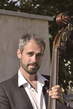 Carl Cordelier contrebassiste du groupe jazz manouche de pierre mager autour de django.