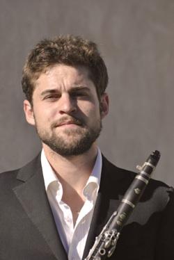 Etienne Quezel clarinettiste du groupe jazz manouche de pierre mager autour de django.