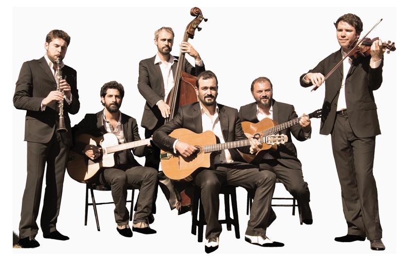 """ensemble des musiciens du groupe de jazz manouche """"autour de django"""", formation musicale orchstrée par pierre mager."""